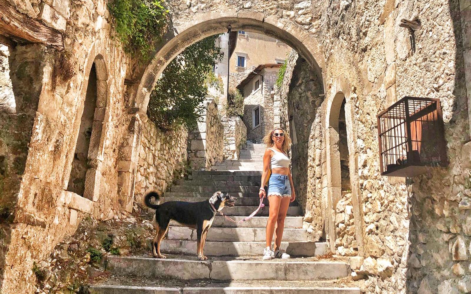 Nel borgo di Navelli con il mio cane Pastis.