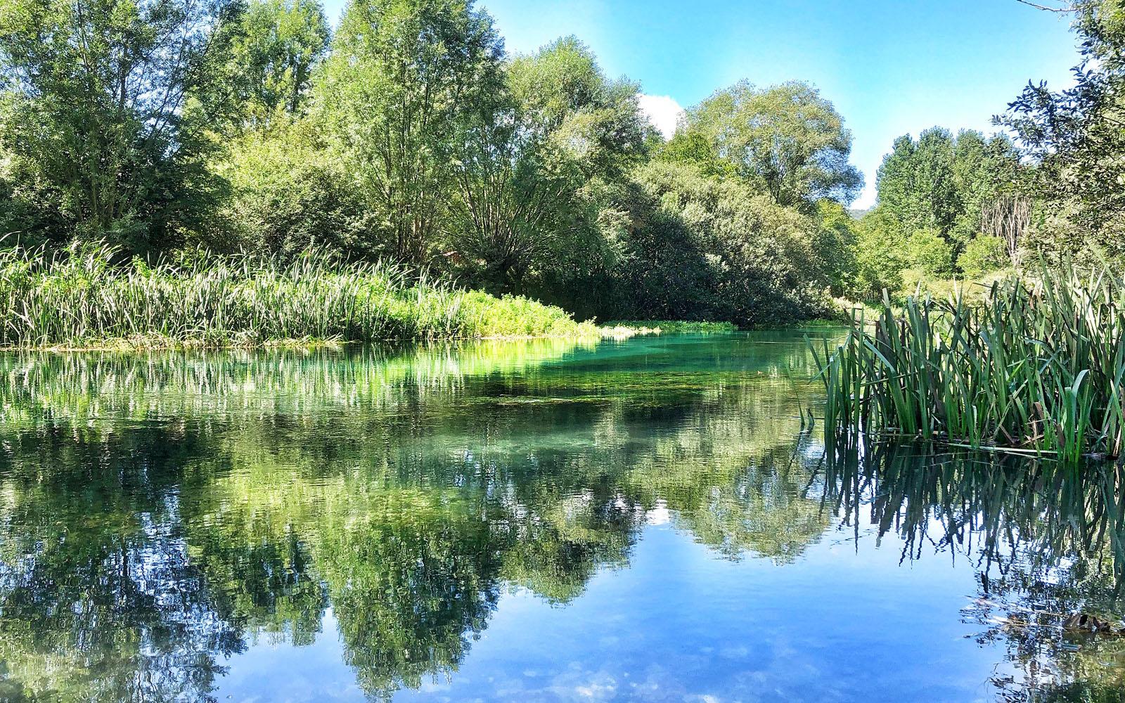 Le limpide acque del fiume Tirino, nel Parco del Gran Sasso in Abruzzo.
