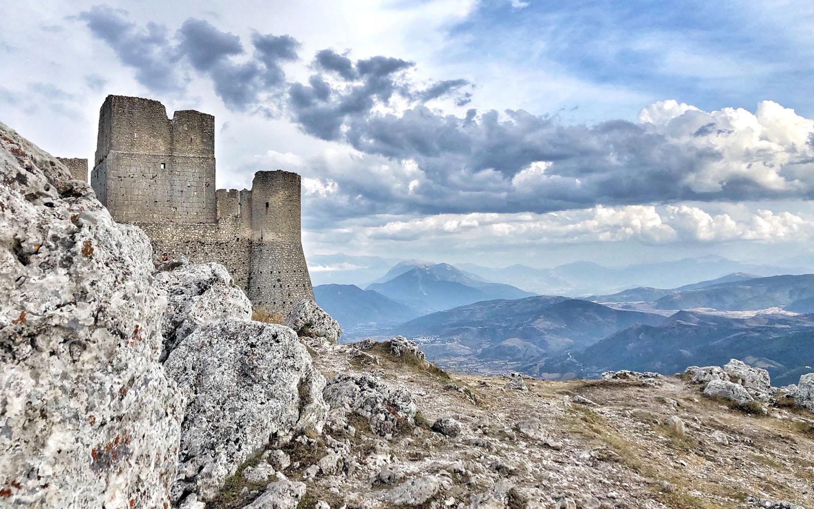Uno scorcio di Rocca Calascio e del Castello.