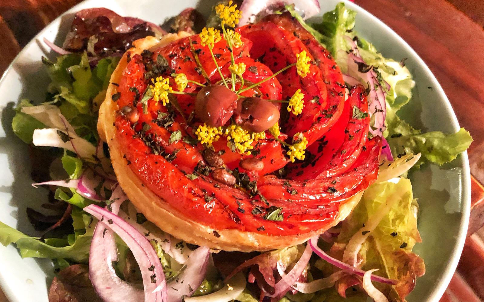 Rivisitazione salata della tarte tatin, al pomodoro candito, al ristorante Archivolto. © oltreilbalcone