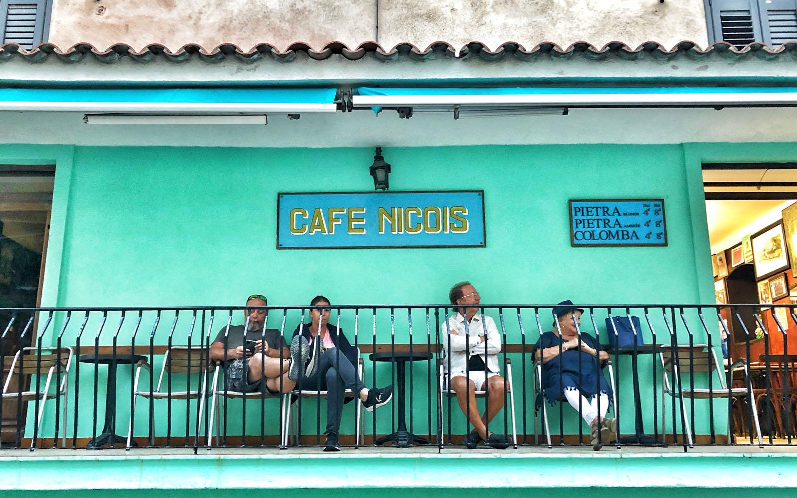 Il Café Niçois a Bonifacio, in Corsica. © oltreilbalcone