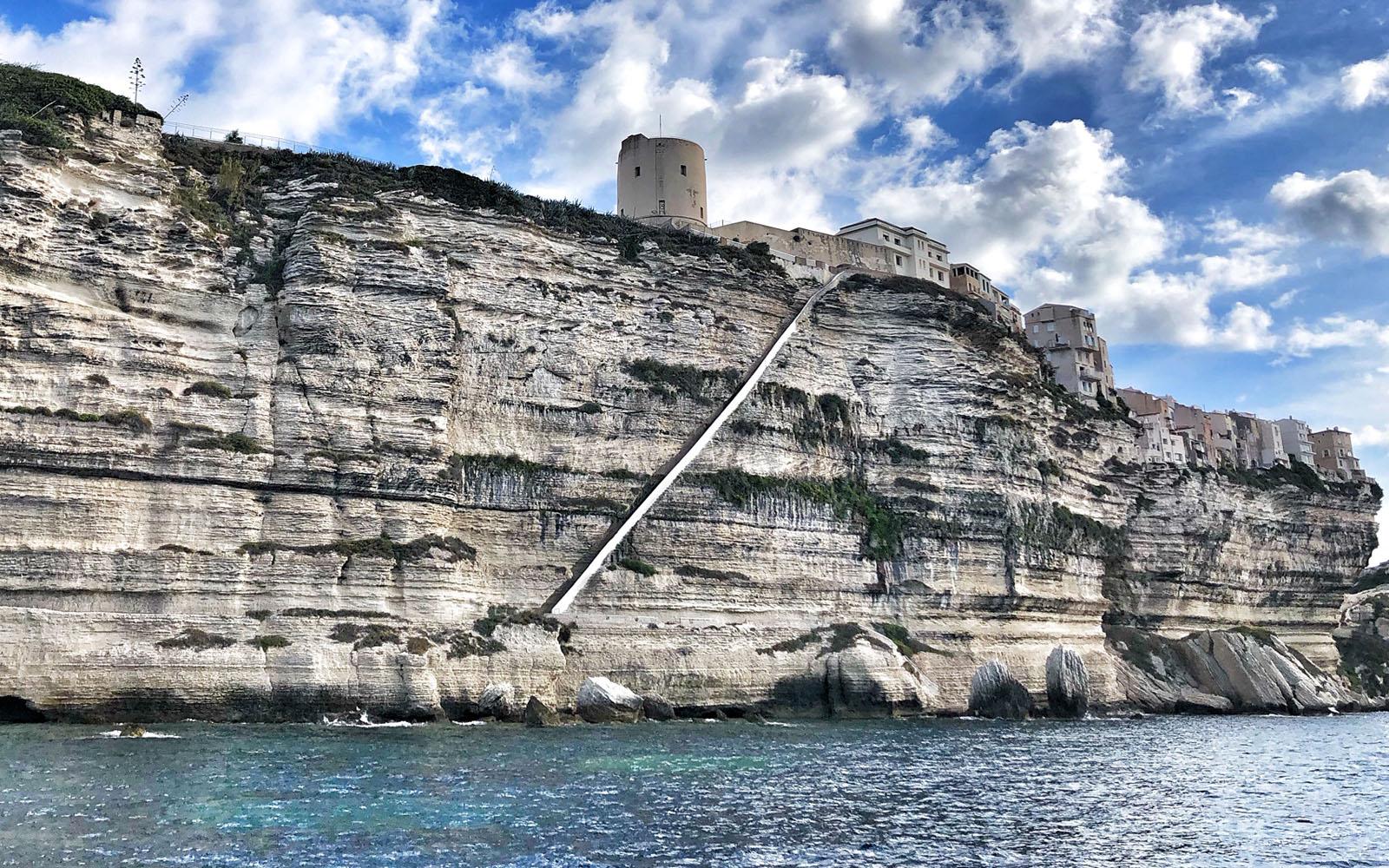Veduta dal mare dell'Escalier du Roi d'Aragon, scalinata a picco sul mare. © oltreilbalcone
