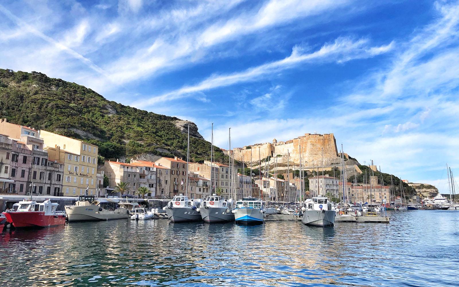 La Marina di Bonifacio e, alle spalle, la Cittadella. © oltreilbalcone
