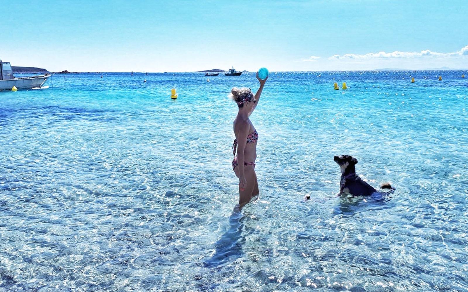 Il mio cane Pastis ed io nella spiaggia Palombaggia, in Corsica. © oltreilbalcone