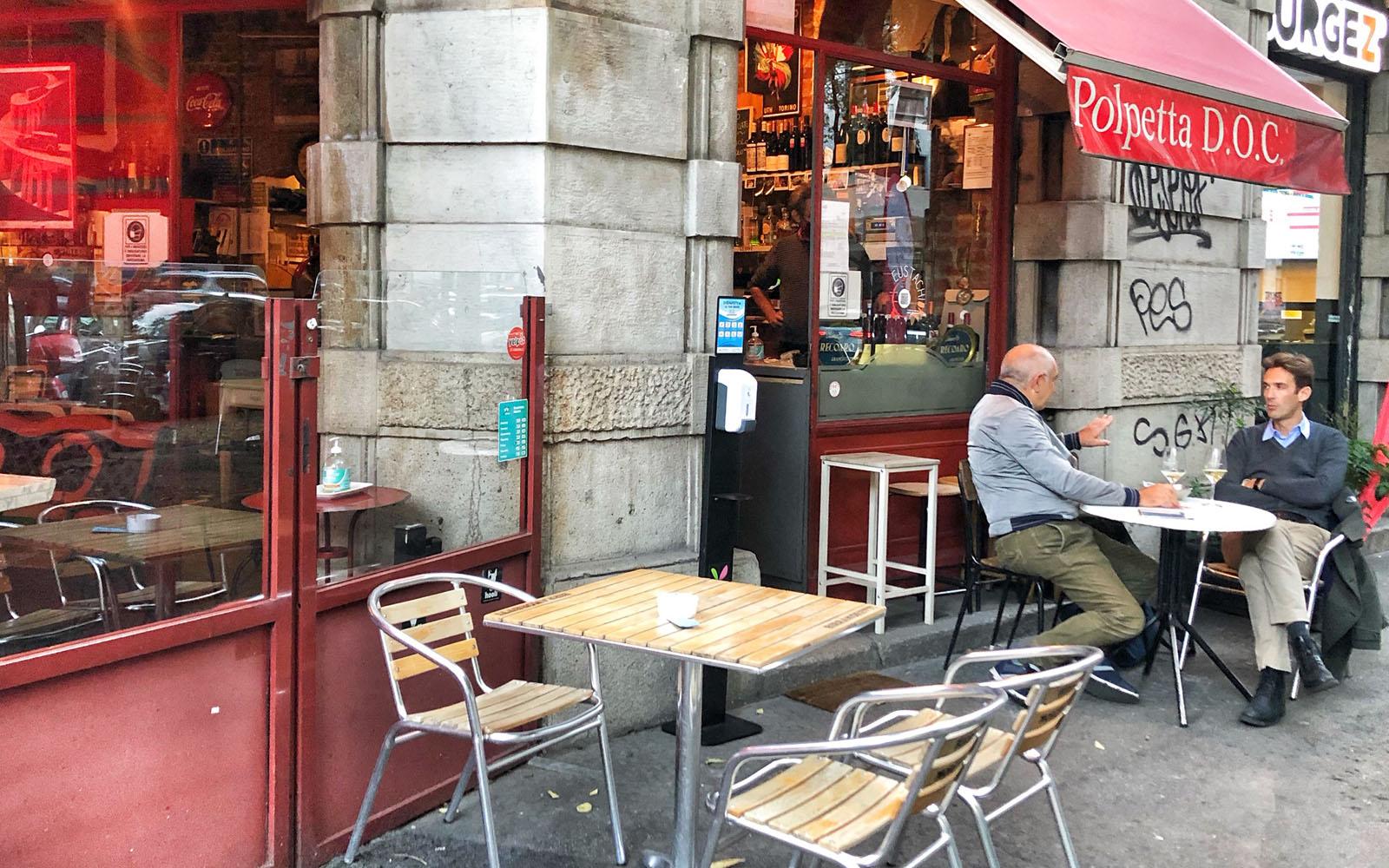 Il dehors dell'enoteca Polpetta D.O.C. in via Eustachi a Milano. © oltreilbalcone