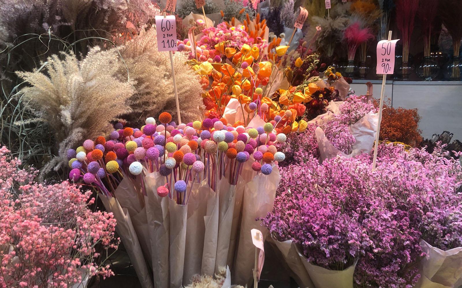 I fiori in vendita al mercato Torvehallerne, non solo street food. © oltreilbalcone