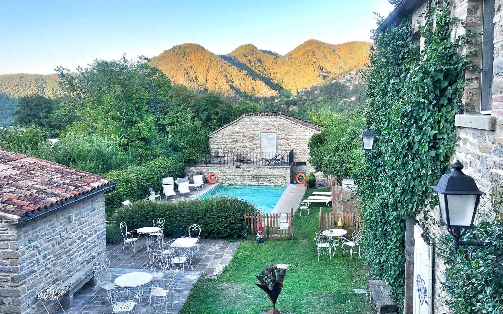 La piscina e il panorama della Locanda Campanara a Pianetto. © oltreilbalcone