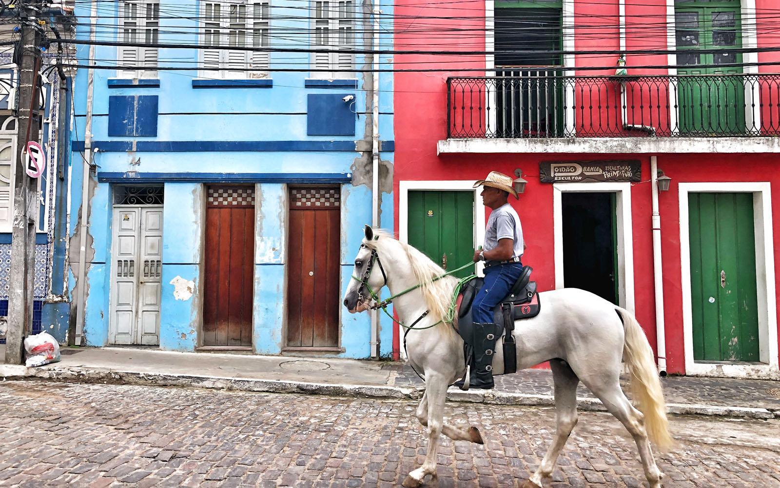 Un uomo a cavallo, tra le strade di Cachoeira. © oltreilbalcone