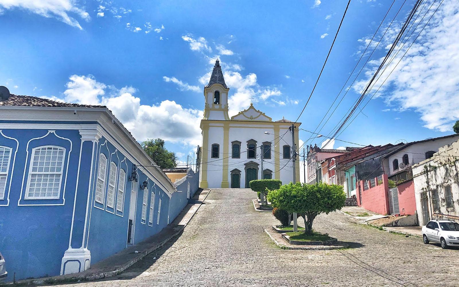 Una delle molteplici chiese che impreziosiscono Cachoeira. © oltreilbalcone