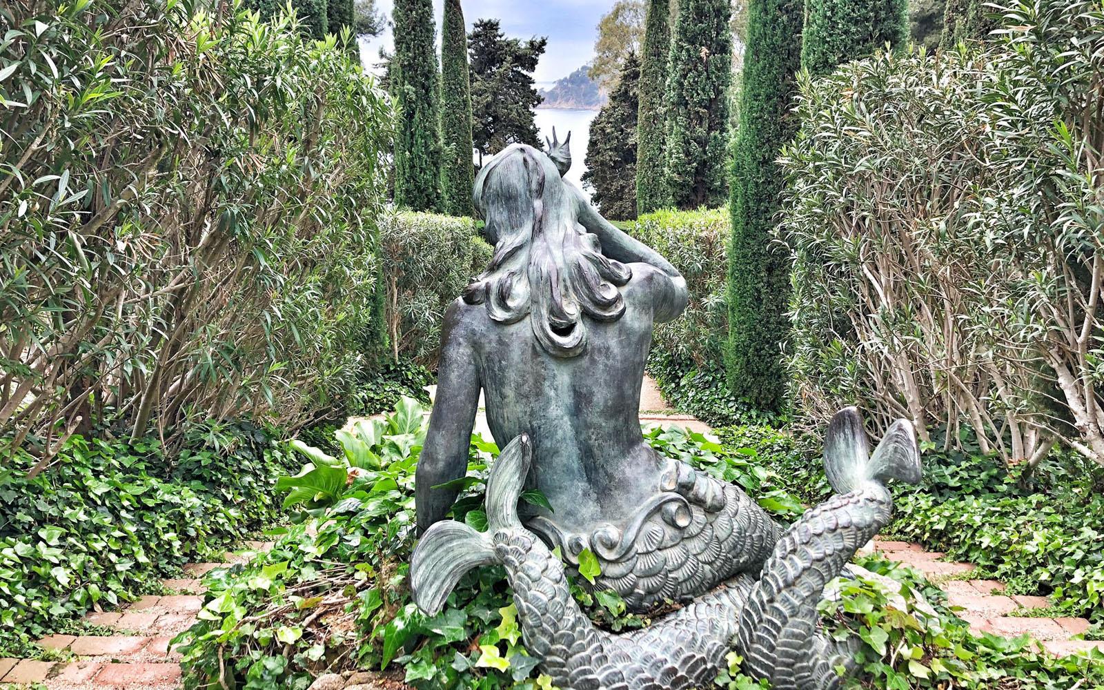 La statua in metallo della sirena a due code, nei Giardini di Lloret de Mar. © oltreilbalcone