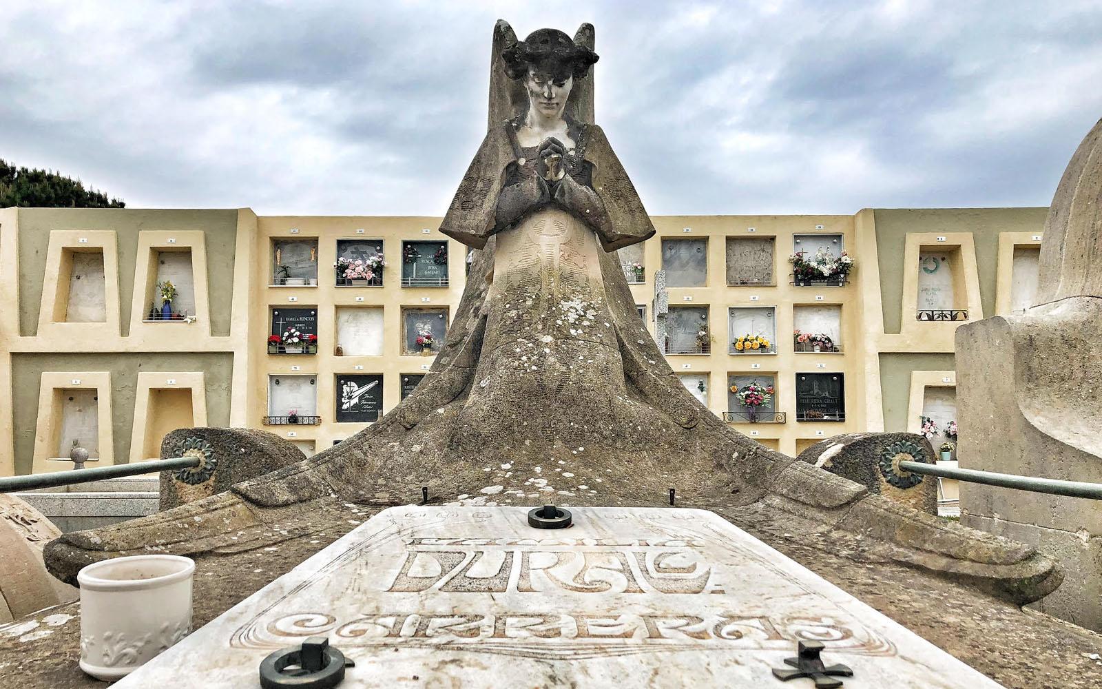 Una tomba con statua alata nel Cimitero Modernista di Lloret de Mar. © oltreilbalcone