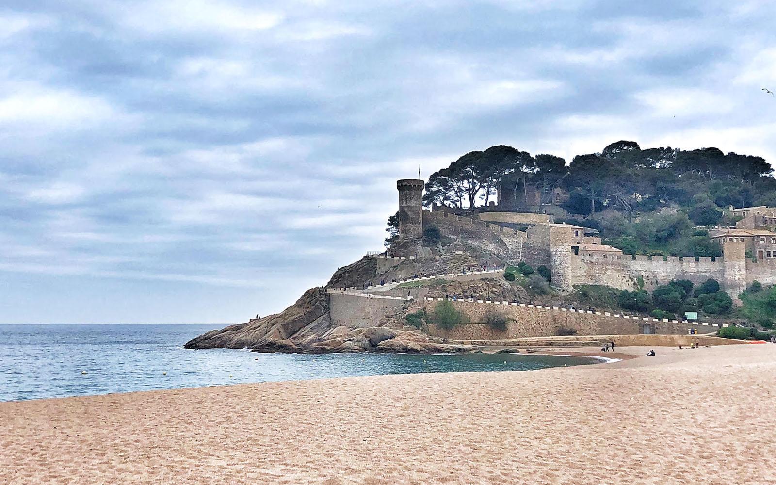La città antica di Tossa de Mar, vista dalla spiaggia. © oltreilbalcone