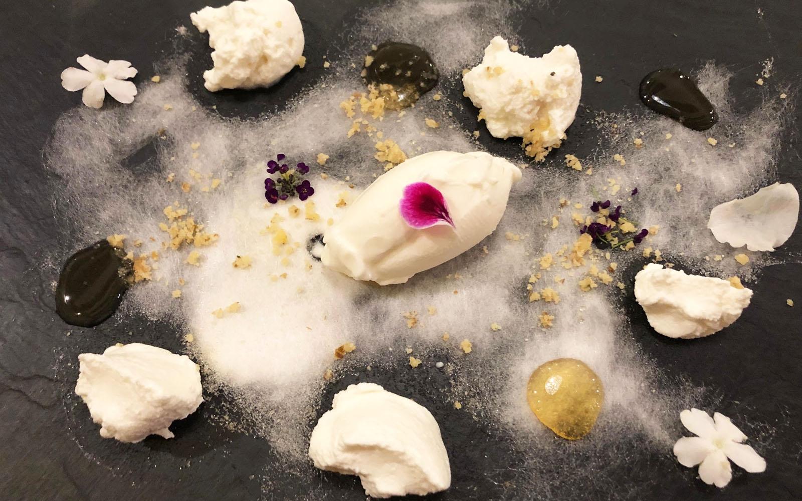 Gelato di yogurt, formaggio, miele e zucchero filato, il dessert di Can Simón. © oltreilbalcone
