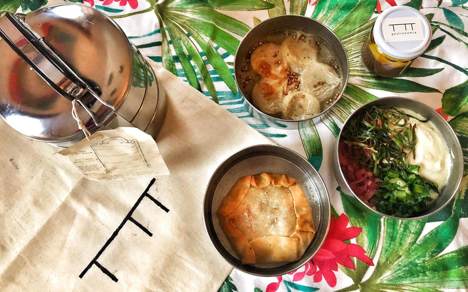 Menù vegano di Altatto, con gnocchi alla romana e purea di fave e cicoria. © oltreilbalcone