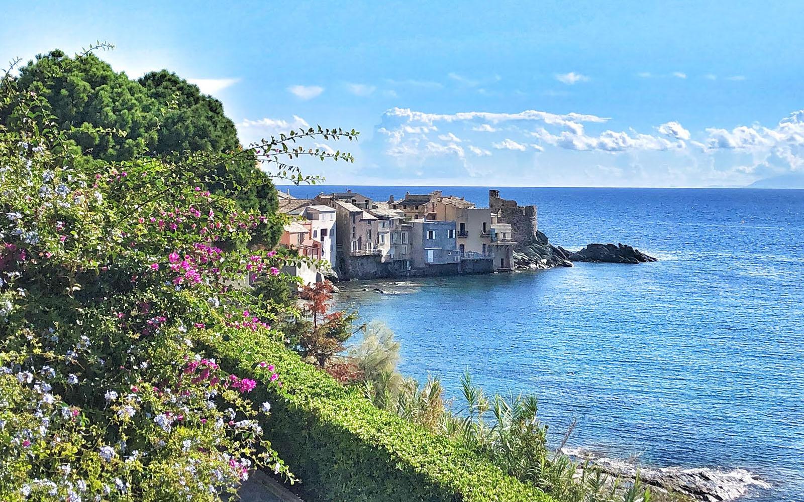 Il borgo di Erbalunga, proteso sul mare, nel Cap Corse. © oltreilbalcone