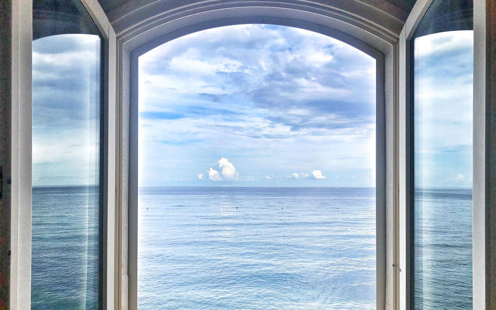 La finestra della mia camera pieds-dans-l'eau all'Hotel Torre Mare. © oltreilbalcone