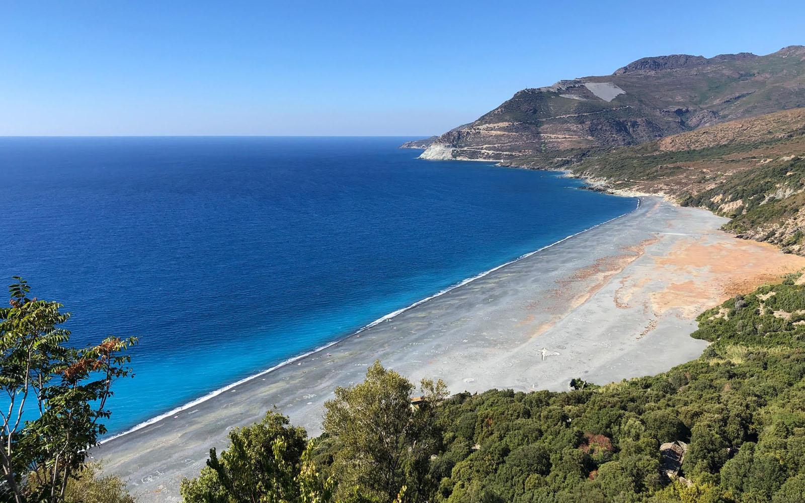 La suggestiva spiaggia nera di Nonza, pressoché deserta. © oltreilbalcone