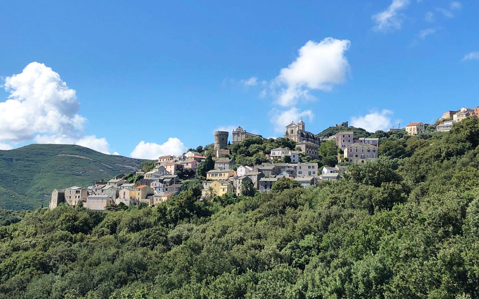 Rogliano, abbarbicato sulle montagne. © oltreilbalcone