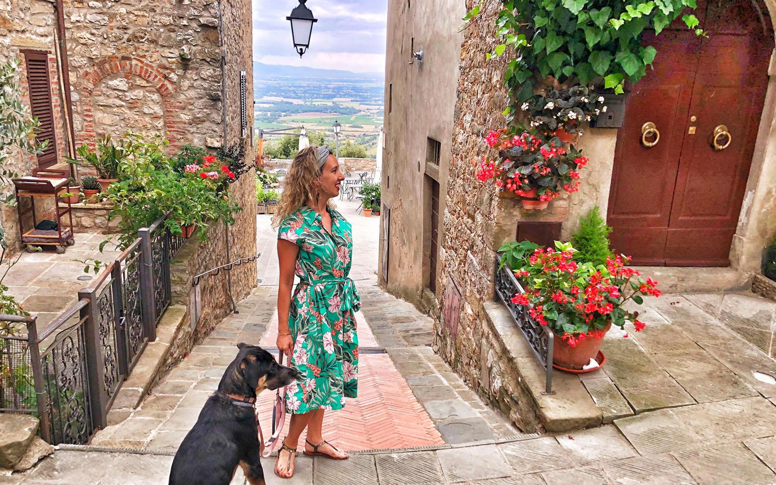 Con il mio cane Pastis a Civitella, in Val di Chiana. © oltreilbalcone