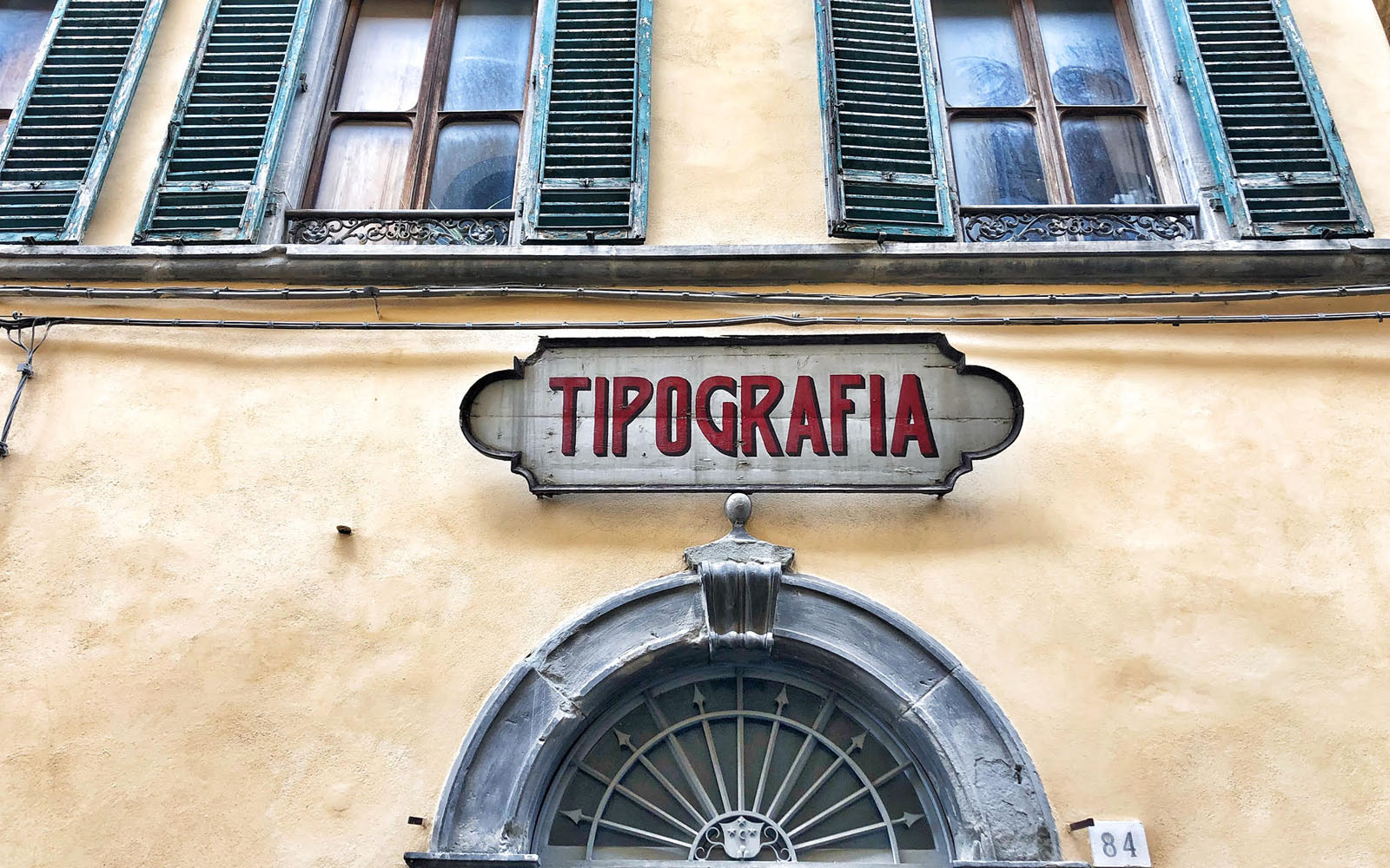 L'insegna vintage della tipografia di Castiglion Fiorentino. © oltreilbalcone
