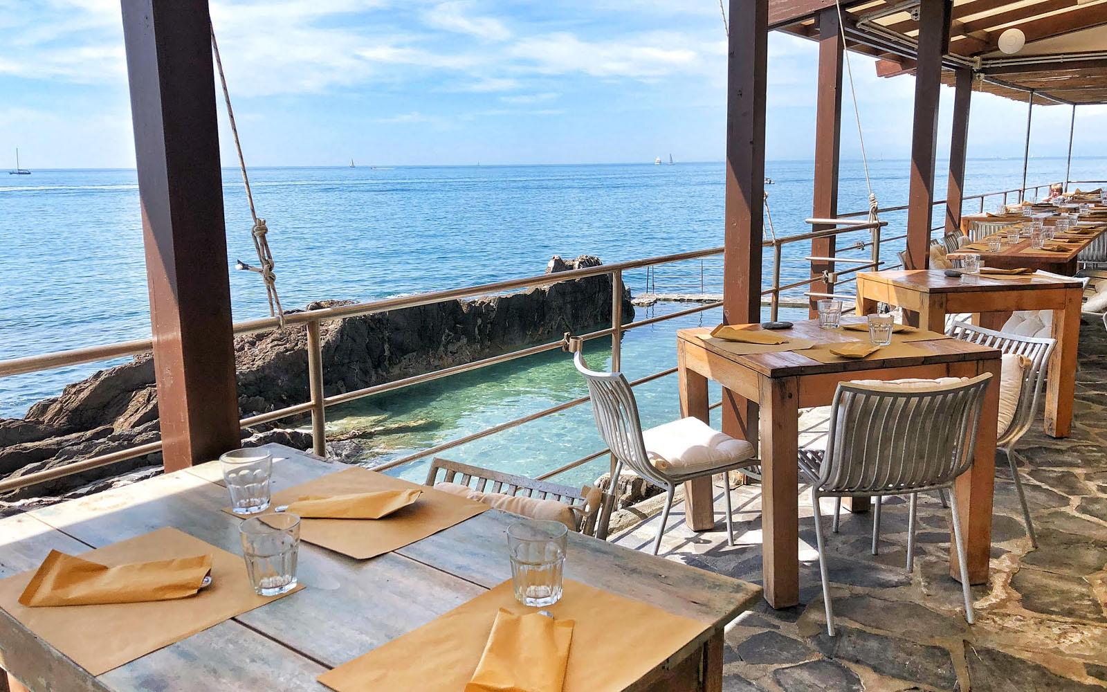 Il ristorante a picco sul mare dei Bagni Medusa. © oltreilbalcone