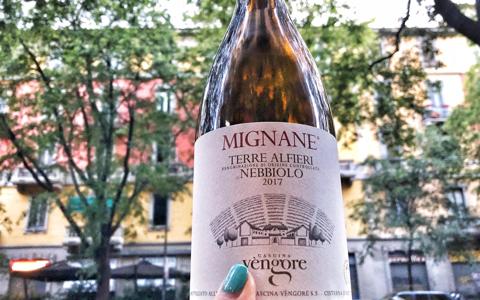 La bottiglia di Nebbiolo di Cascina Vèngore, sullo sfondo via Eustachi. © oltreilbalcone