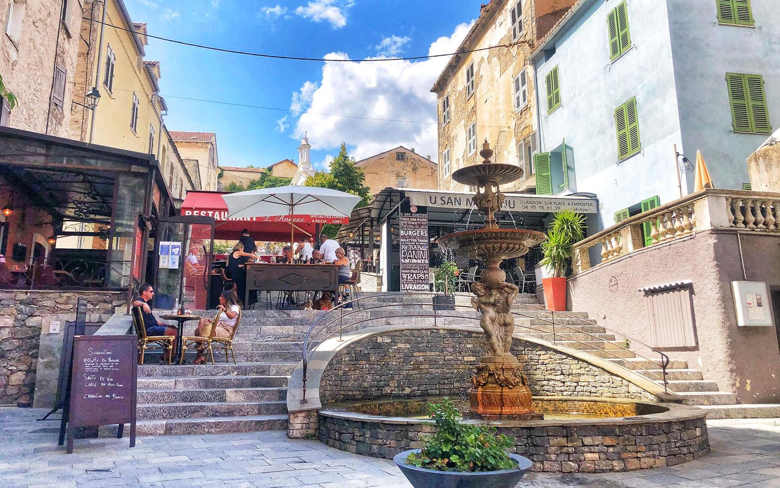 Uno scorcio di Corte, in Corsica, con le sue caratteristiche scalinate. © oltreilbalcone