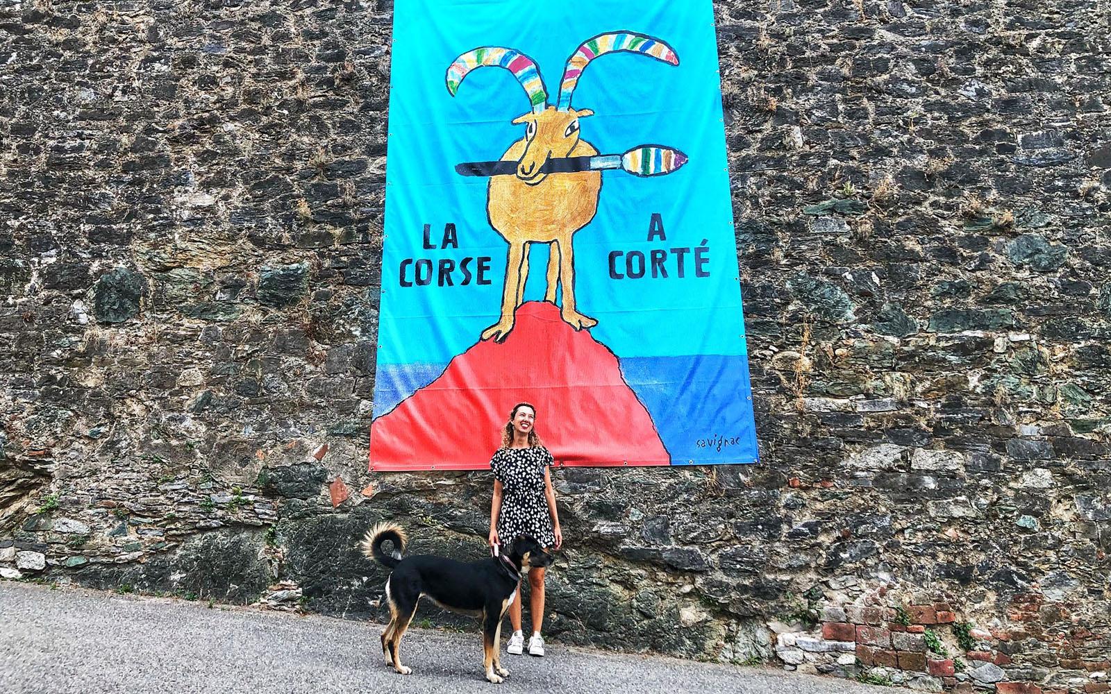 Nella città vecchia di Corte con la mia cagnolina Pastis. © oltreilbalcone