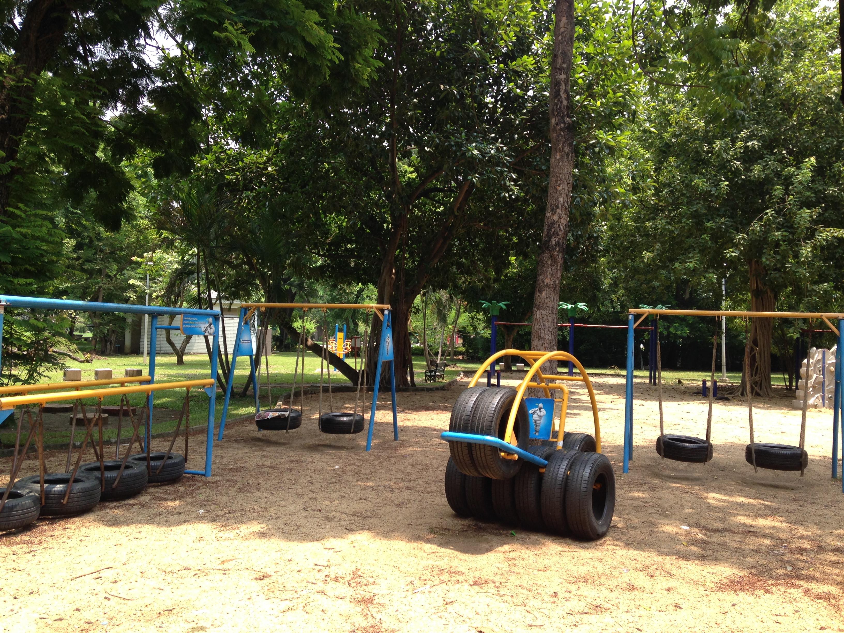 Il parco giochi realizzato con i copertoni.