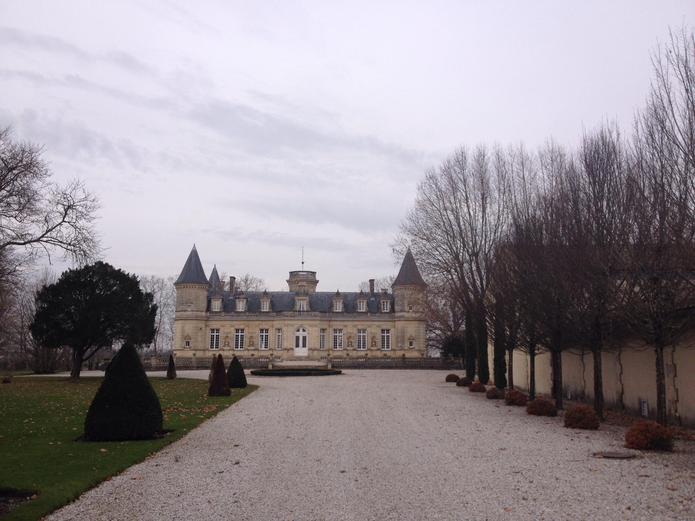 Un maestoso château, sulla strada dei vini di Bordeaux.