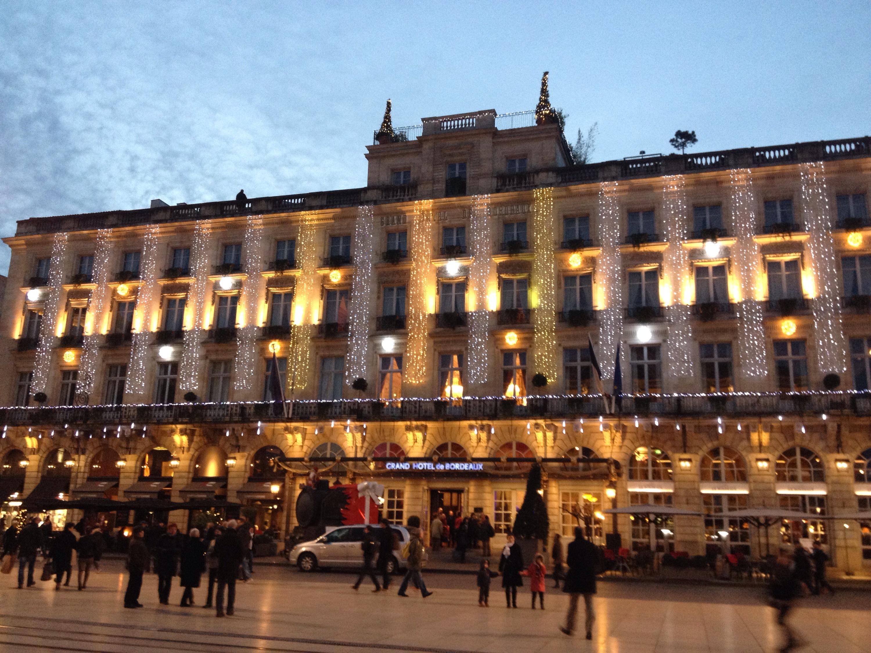 Il Grand Hotel di Bordeaux illuminato.