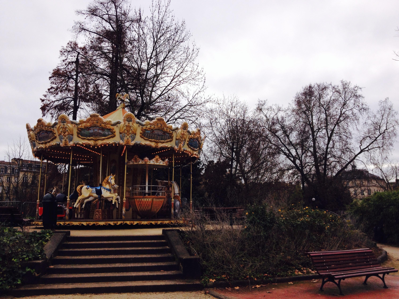 La giostra di cavalli dei Giardini Pubblici di Bordeaux.
