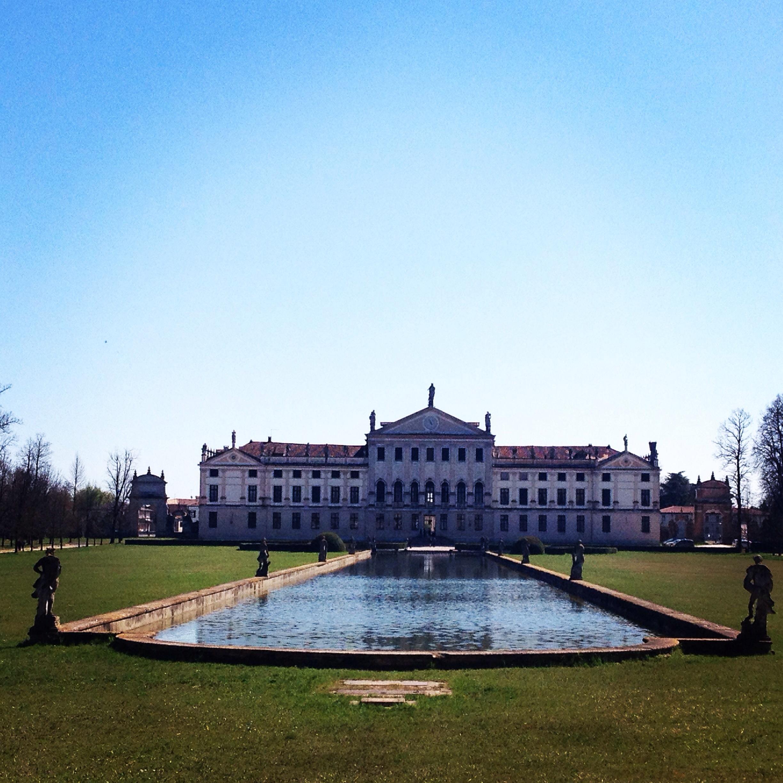 Villa Pisani con la grande vasca centrale @oltreilbalcone