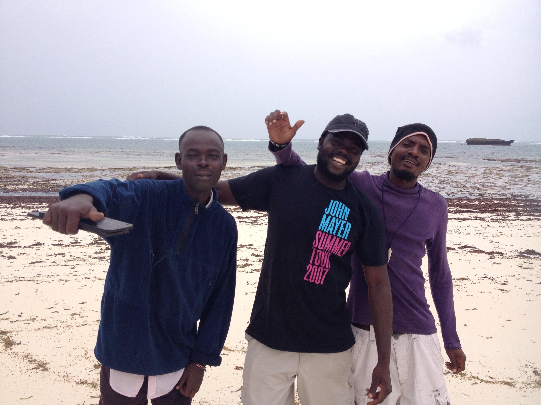Ragazzi kenyani che vendono souvenir in spiaggia a Malindi. © oltreilbalcone