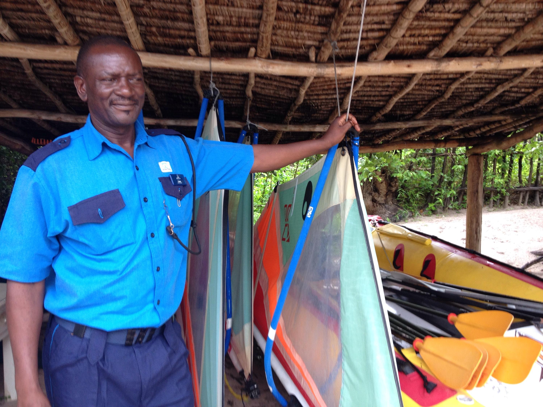 Una delle guardie che a Malindi verifica l'accesso al mare dei turisti. © oltreilbalcone