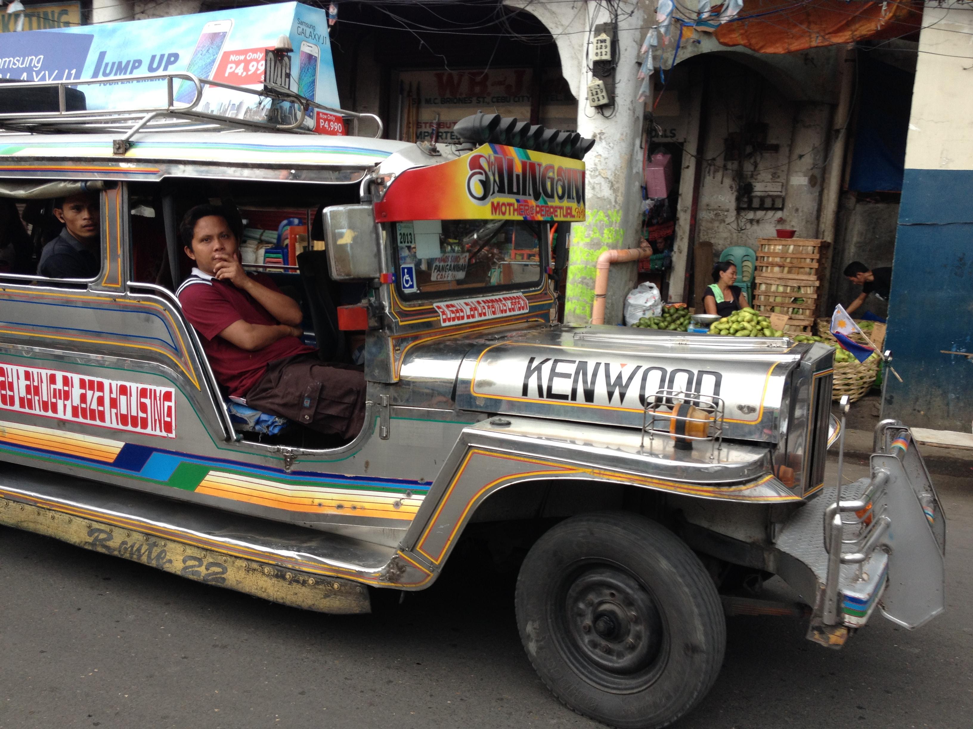 La caratteristica jeepney filippina, molto usata come mezzo di trasporto.