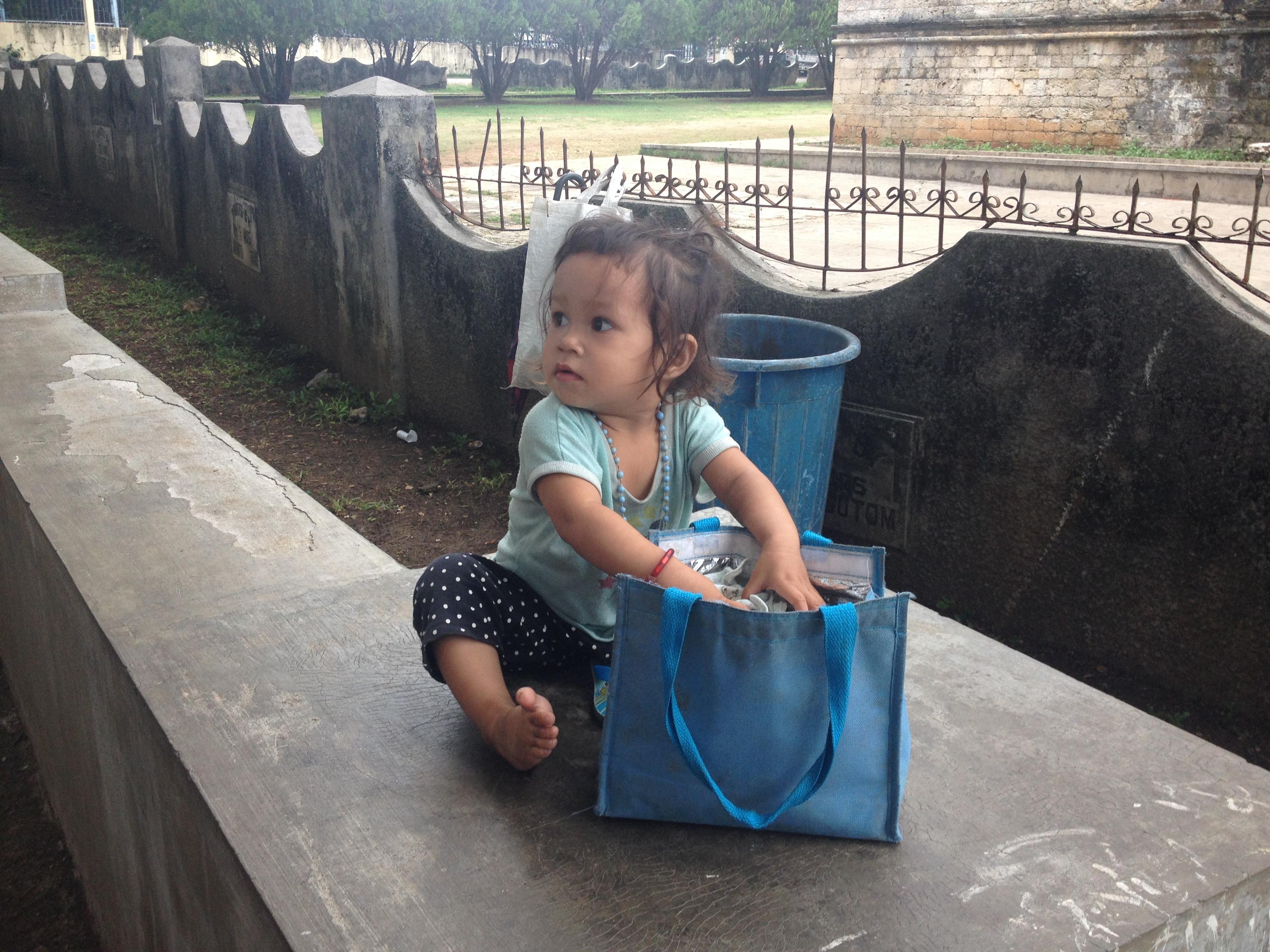 Bimba aspetta la sorella all'uscita da scuola @oltreilbalcone