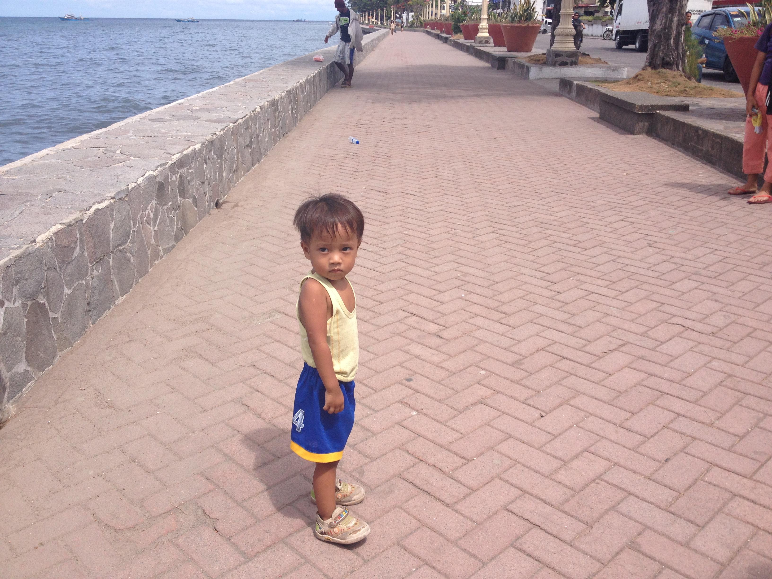 Un bambino filippino sul lungomare Rizal Boulevard.