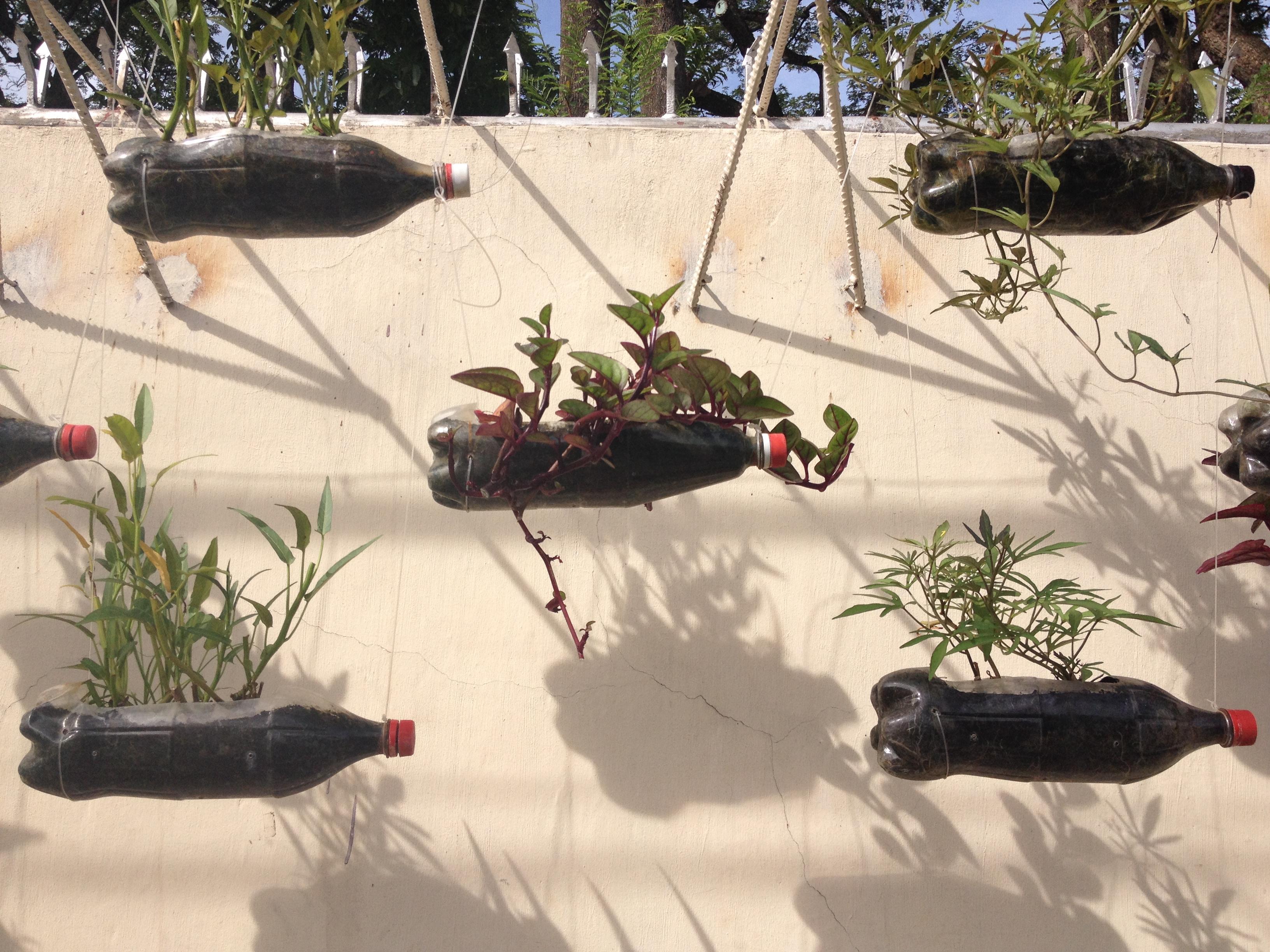 Un'installazione che promuove il riciclo nella Silliman University di Dumaguete.