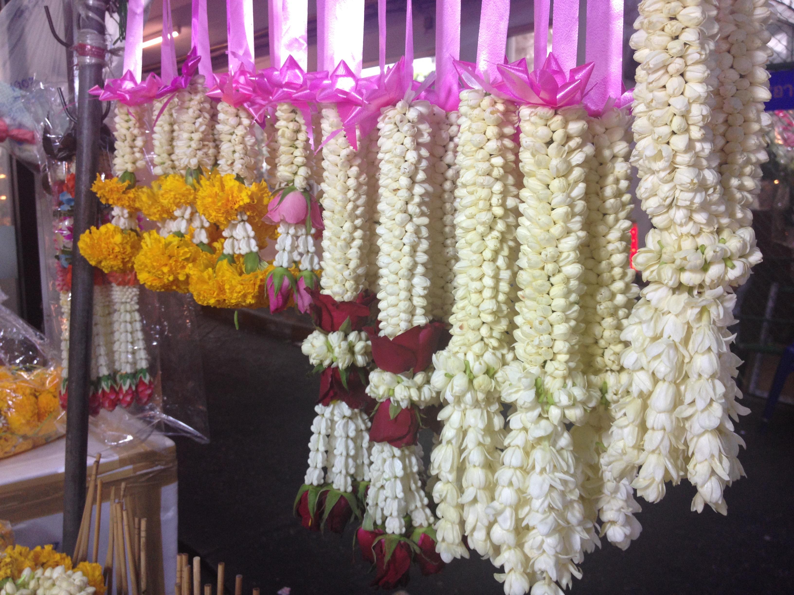 Phuang malai, coroncine di fiori intrecciate a mano.